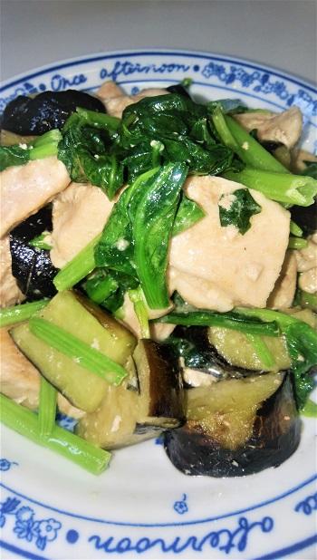鶏肉と茄子に小松菜も使います。