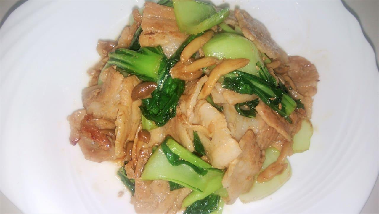豚バラ肉とチンゲン菜、しめじを炒めた料理